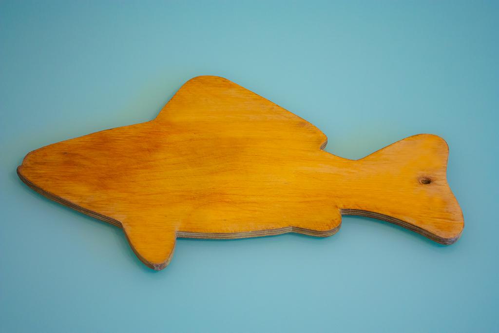 разделочная доска из фанеры в форме рыбы
